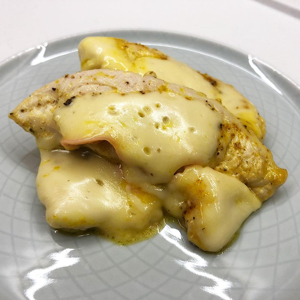 Vištienos kepsneliai užkepti sūriu su grietinėlės padažu