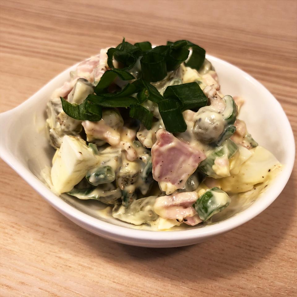 Greitos salotos su marinuotais agurkėliais
